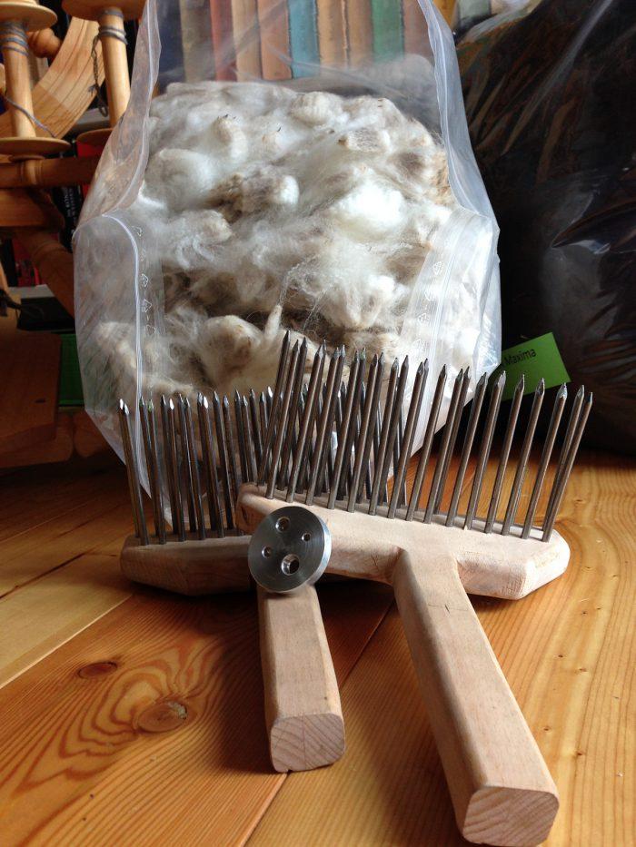 Alpaka Rohwolle und selbst gebaute Wollkämme